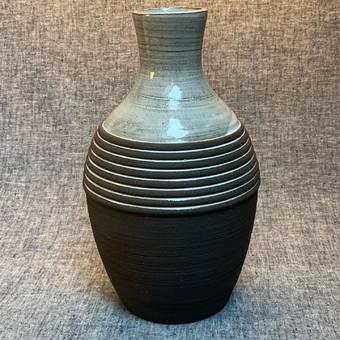 Vase de la collection BRUTE - #vasedesign #savoirfairefrancais #decorationinterieur #artisanatfrancais #artdesign #poterie #grès #bouquetdefleurs #bouquet #atelierterresnature
